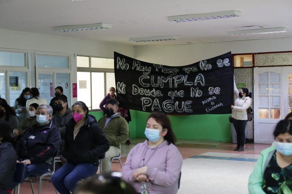 Tenso Concejo Municipal fue  interrumpido por trabajadores que exigen el pago del Bono Compensatorio