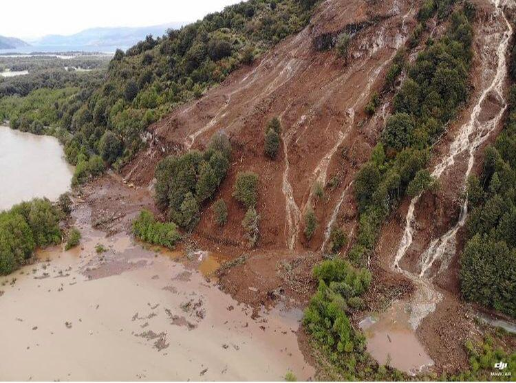 Remoción en masa mantendrá cortada la Ruta 7 Sur hasta el viernes: 300 metros de la carretera fueron afectados